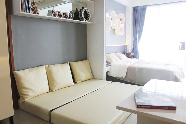 Dago Suite -  Tipe 1 Bedroom Connecting Door:  Ruang Keluarga by POWL Studio