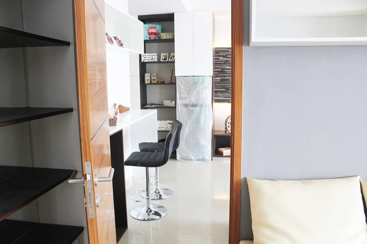 Dago Suite –  Tipe 1 Bedroom Connecting Door:  Koridor dan lorong by POWL Studio
