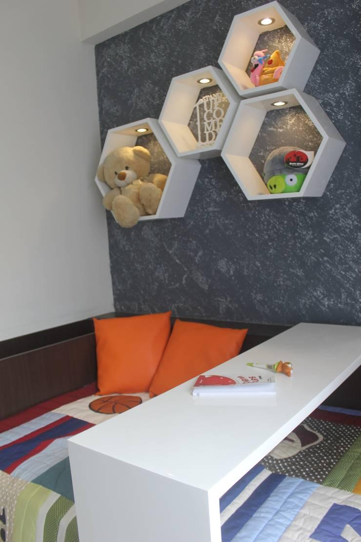 Galeri Ciumbuleuit II – Tipe 2 Bedroom:  Study/office by POWL Studio