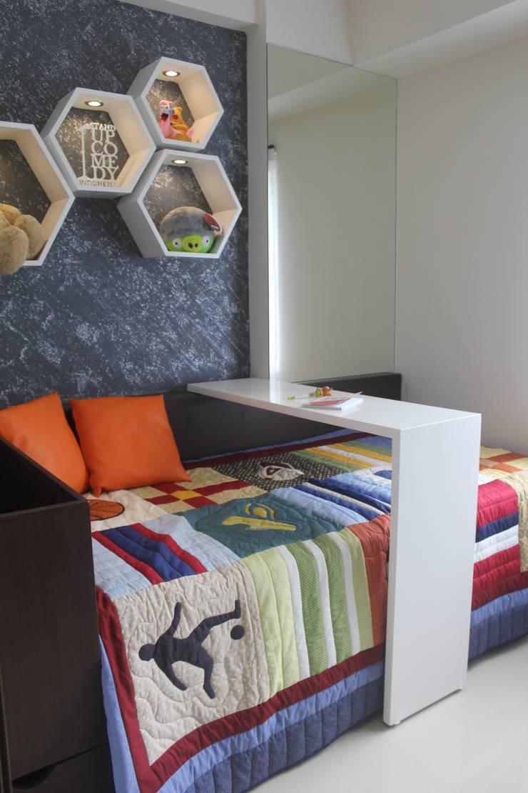 Galeri Ciumbuleuit II – Tipe 2 Bedroom:  Kamar tidur anak by POWL Studio