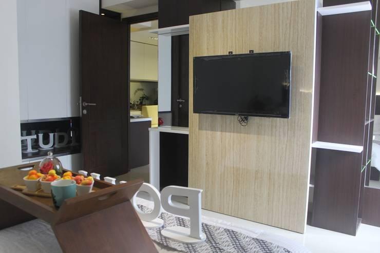 Galeri Ciumbuleuit II – Tipe 2 Bedroom:  Multimedia room by POWL Studio