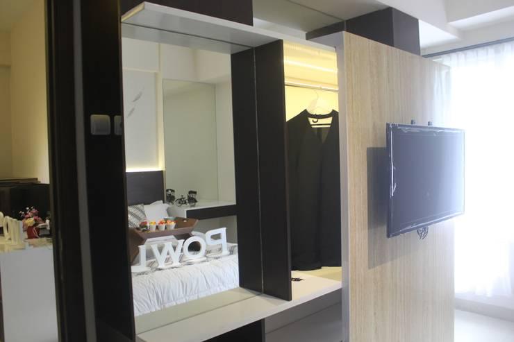 Galeri Ciumbuleuit II – Tipe 2 Bedroom:  Dressing room by POWL Studio
