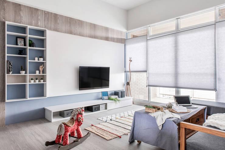 中古翻新生活宅 客廳就是生活遊憩區:  客廳 by 達譽設計