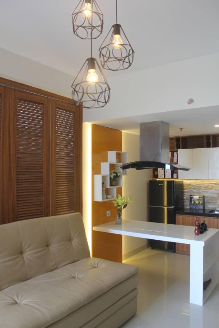 Galeri Ciumbuleuit III – Tipe 3 bedroom:  Ruang Keluarga by POWL Studio