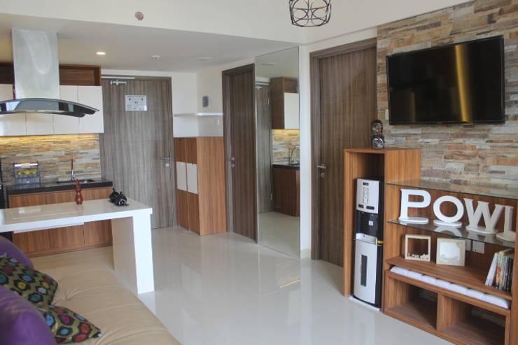 Galeri Ciumbuleuit III - Tipe 3 bedroom:  Koridor dan lorong by POWL Studio