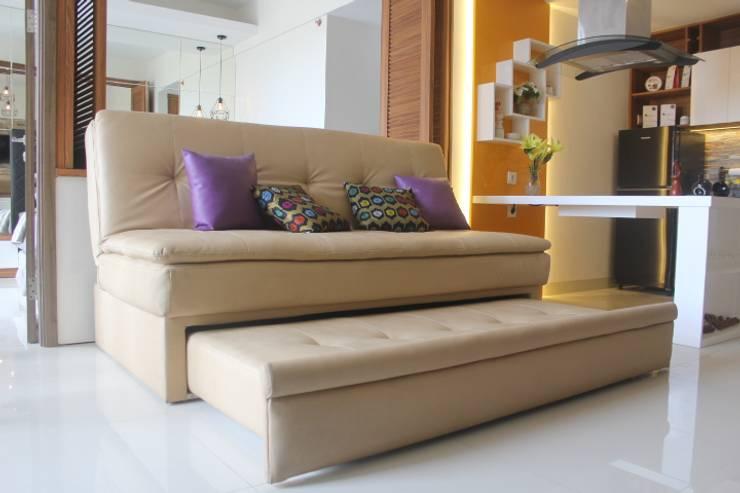 Galeri Ciumbuleuit III - Tipe 3 bedroom:  Living room by POWL Studio