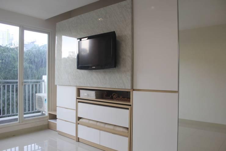 Galeri Ciumbuleuit III – Tipe Loft:  Ruang Keluarga by POWL Studio