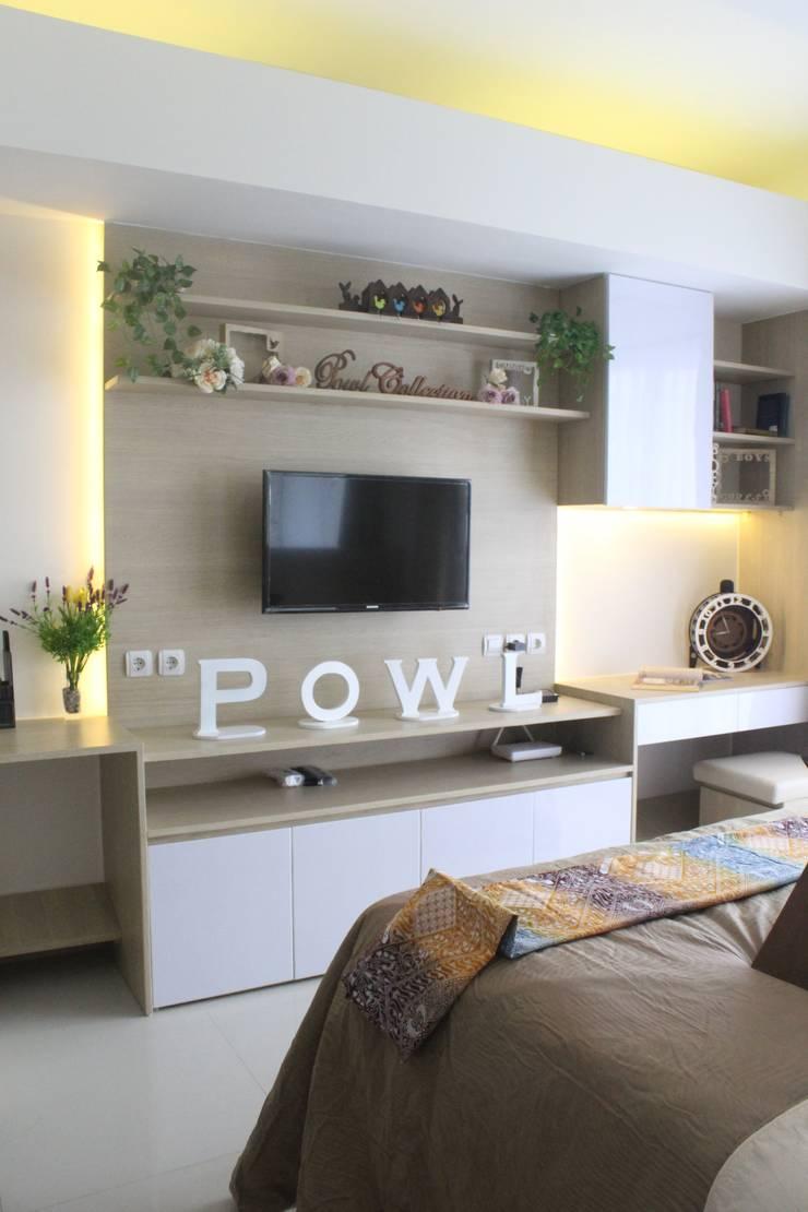 Galeri Ciumbuleuit III – Tipe Studio:  Living room by POWL Studio