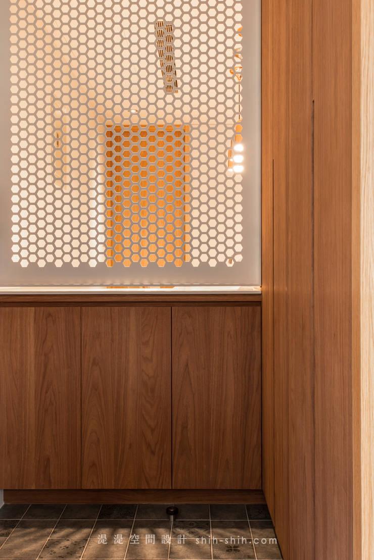 entrance:  走廊 & 玄關 by 湜湜空間設計