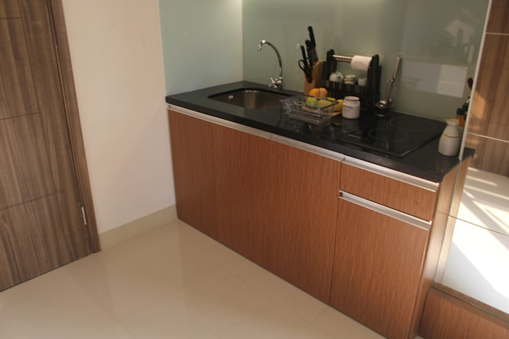 Galeri Ciumbuleuit III – 2 Bedroom Cypress:  Unit dapur by POWL Studio
