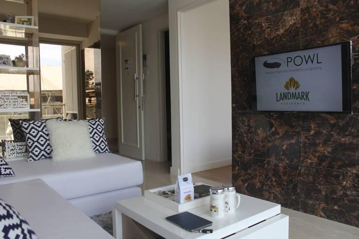 Tampak Apartemen Dari Sisi Ruang Tamu:  Ruang Keluarga by POWL Studio