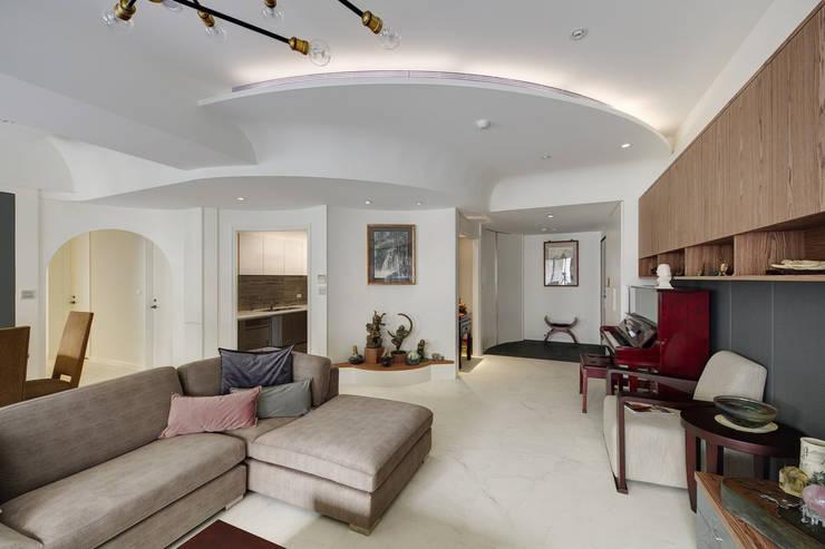 客廳天花板是水波漣漪的造型:  客廳 by 直方設計有限公司