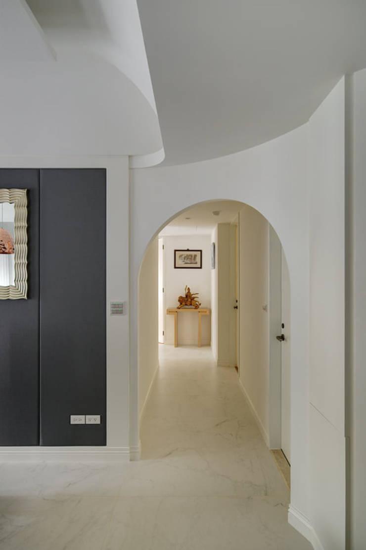 弧面與門框構成一幅勻稱風景:  走廊 & 玄關 by 直方設計有限公司