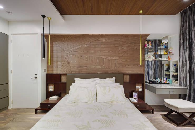 光線充足的主臥室:  臥室 by 直方設計有限公司
