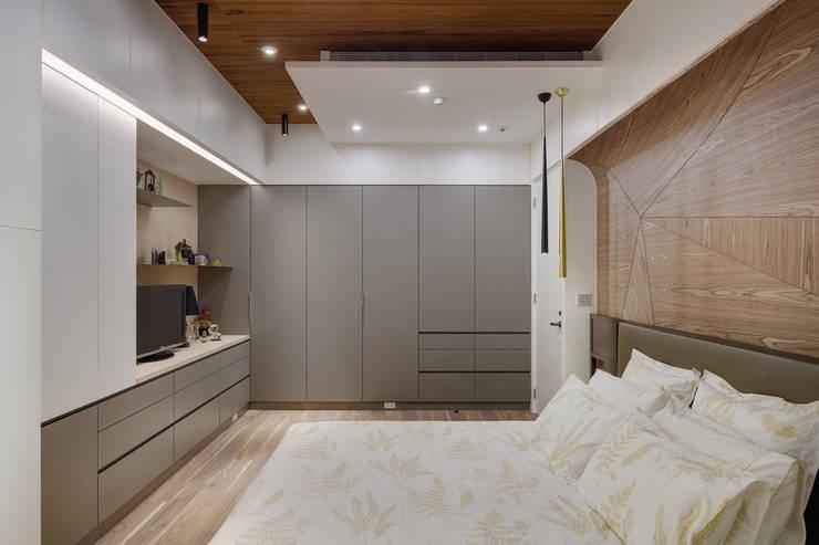 主臥室配置充足的收納層空間:  臥室 by 直方設計有限公司