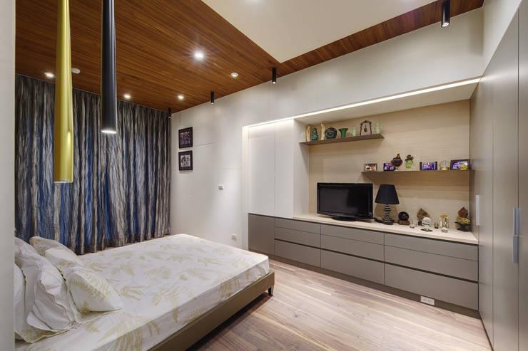 主臥室的另一角度:  臥室 by 直方設計有限公司