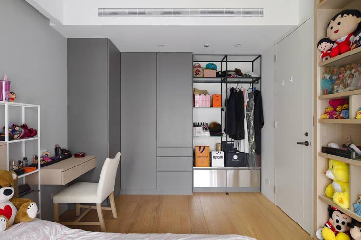 收納空間充足的次臥一:  臥室 by 直方設計有限公司