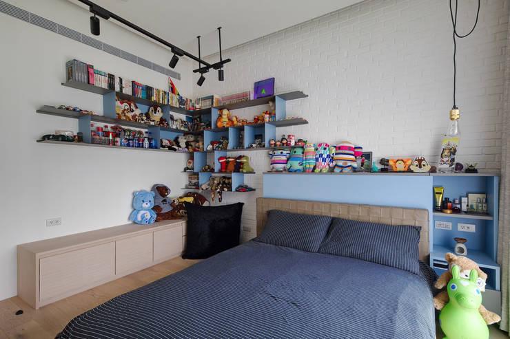 收納空間充足的次臥二:  臥室 by 直方設計有限公司