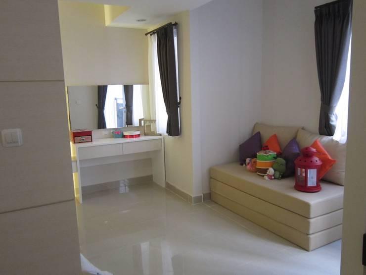 Sudirman Suite:  Kamar Tidur by POWL Studio