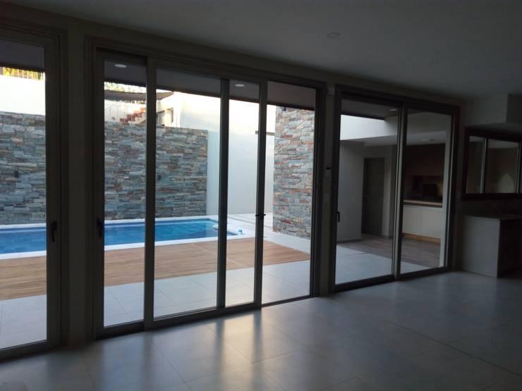 ESPACIO MULTI FUNCION: Livings de estilo  por lucia bernal arbuatti diseño interior,