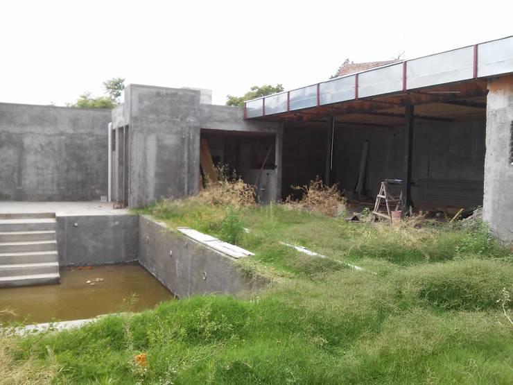 ESPACIO MULTI FUNCION: Jardines de estilo  por lucia bernal arbuatti diseño interior,