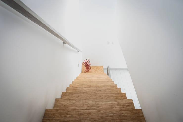 Casa de Playa: Paredes y pisos de estilo  por Cecilia Fernandini Estudio