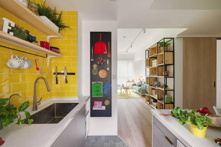 La Casa de Cathy  /  凱西特調之家:  廚房 by 一葉藍朵設計家飾所 A Lentil Design