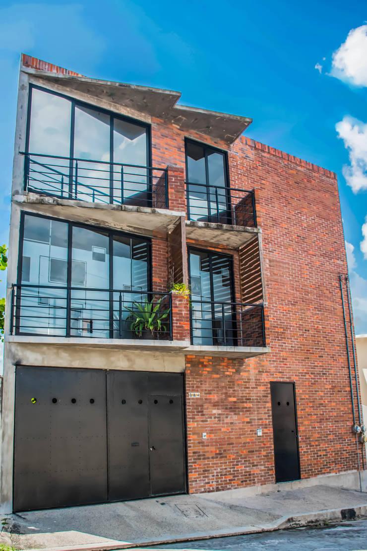 Fachada Principal oficinas CATARSIS : Casas de estilo  por Constructora e Inmobiliaria Catarsis
