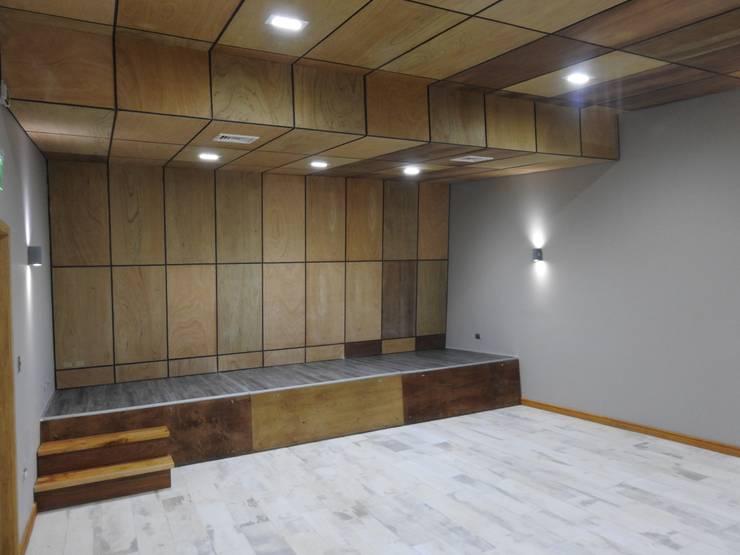 Auditorio PATIO CONDELL: Salas multimedias de estilo  por U.R.Q. Arquitectura