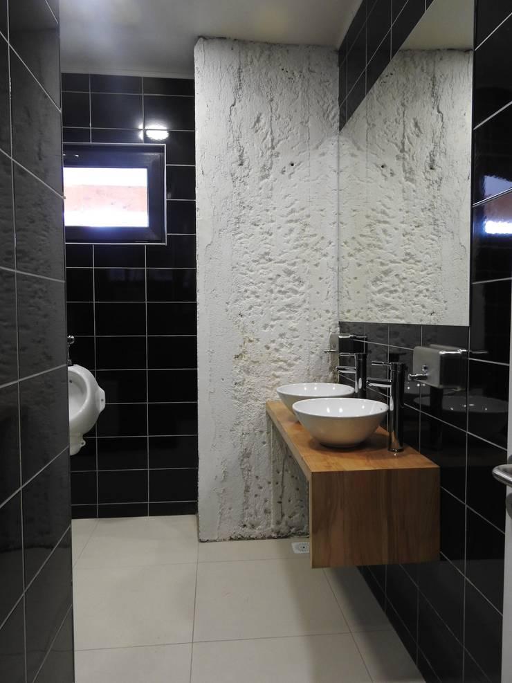Micro Boulevard Patio Condell: Baños de estilo  por U.R.Q. Arquitectura