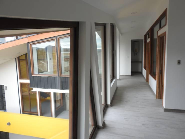 Micro Boulevard Patio Condell: Pasillos y hall de entrada de estilo  por U.R.Q. Arquitectura