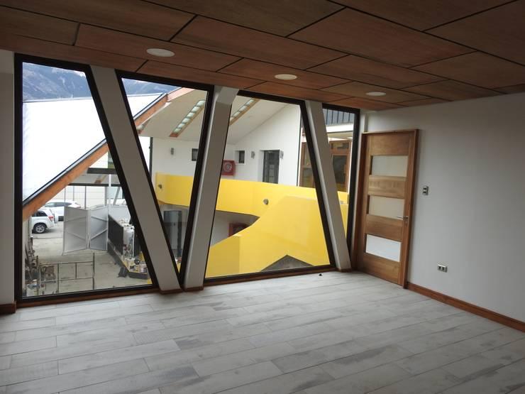 local comercial Patio Condell: Salas multimedias de estilo  por U.R.Q. Arquitectura