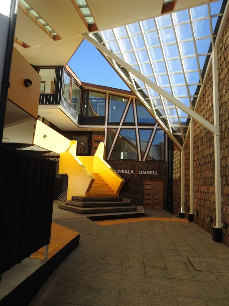 Patio principal de acceso Patio CONDELL: Escaleras de estilo  por U.R.Q. Arquitectura