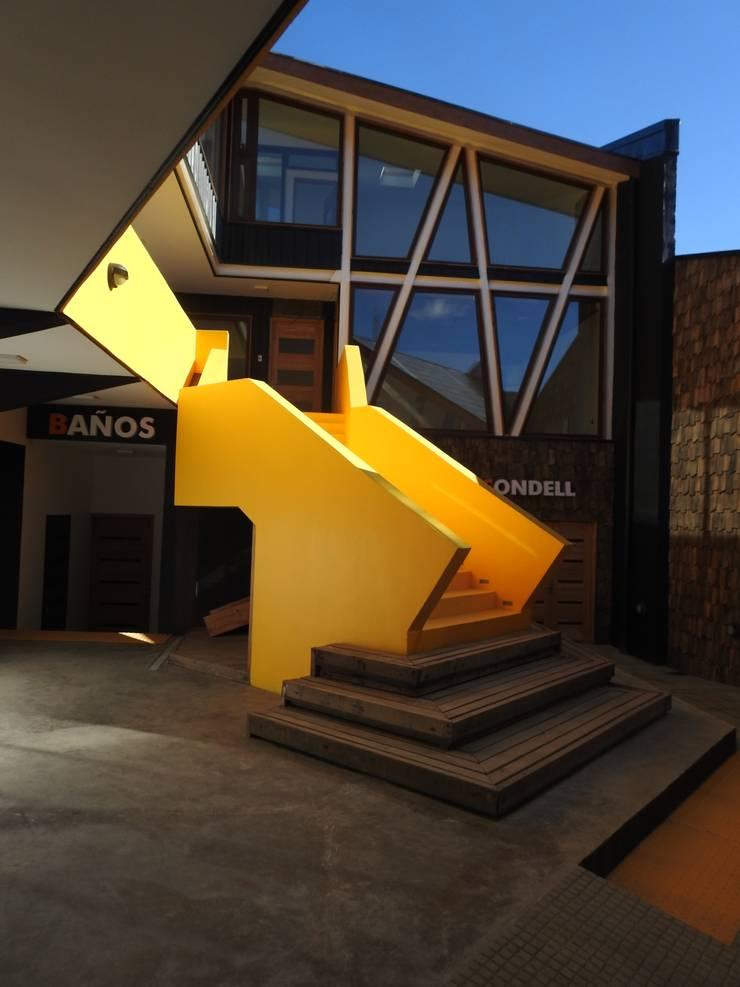 Escalera Patio Condell: Escaleras de estilo  por U.R.Q. Arquitectura
