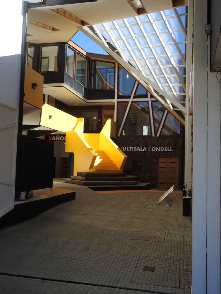 ACCESO PATIO CONDELL: Pasillos y hall de entrada de estilo  por U.R.Q. Arquitectura
