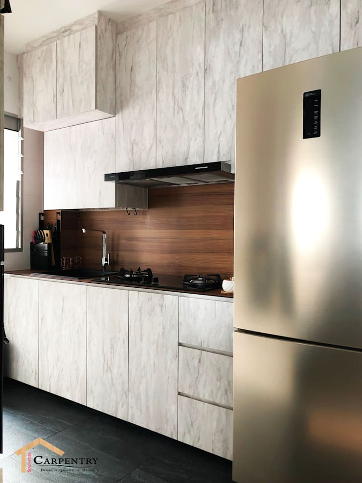 Contemporary style at Tenteram Peak:  Kitchen by Singapore Carpentry Interior Design Pte Ltd