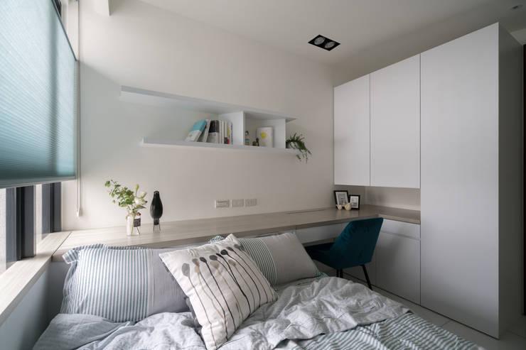 現代風格的女孩房:  臥室 by Moooi Design 驀翊設計