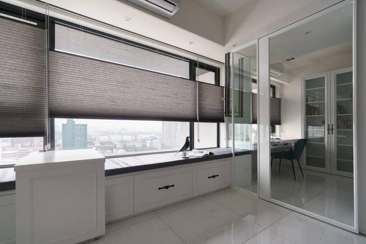 與客廳相連的書房:  書房/辦公室 by Moooi Design 驀翊設計
