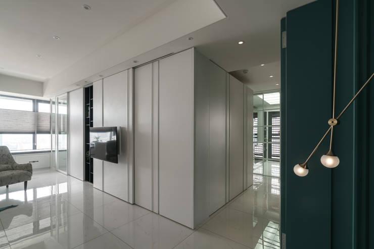 收納功能強大的走廊:  走廊 & 玄關 by Moooi Design 驀翊設計