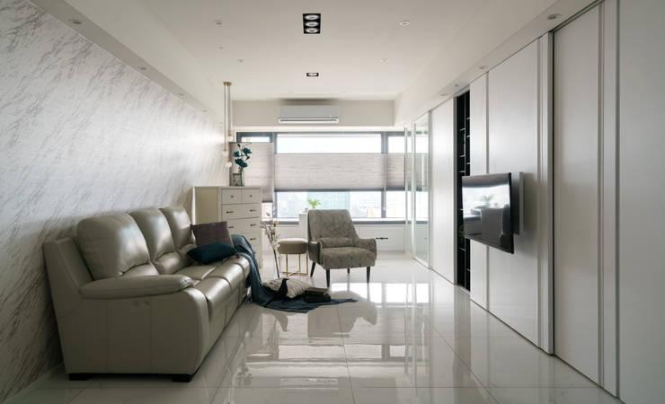 貼上大理石紋壁紙的客廳背牆:  客廳 by Moooi Design 驀翊設計