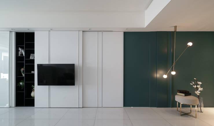 電視牆後方是一整排收納櫃:  窗戶與門 by Moooi Design 驀翊設計