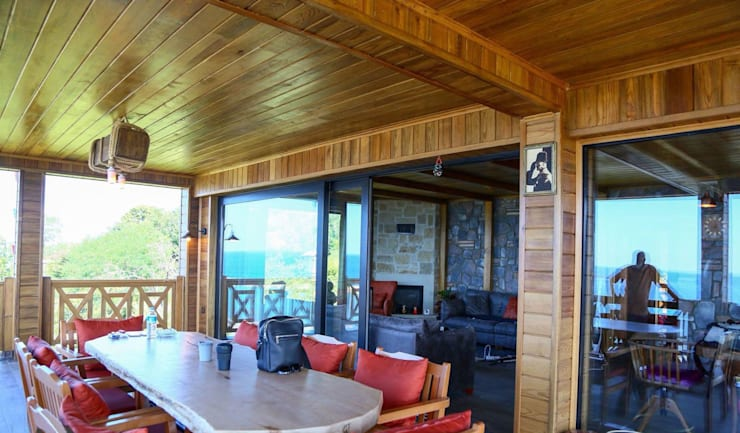 Rustikaler Balkon, Veranda & Terrasse von Gürsoy Kerestecilik Rustikal Holz Holznachbildung
