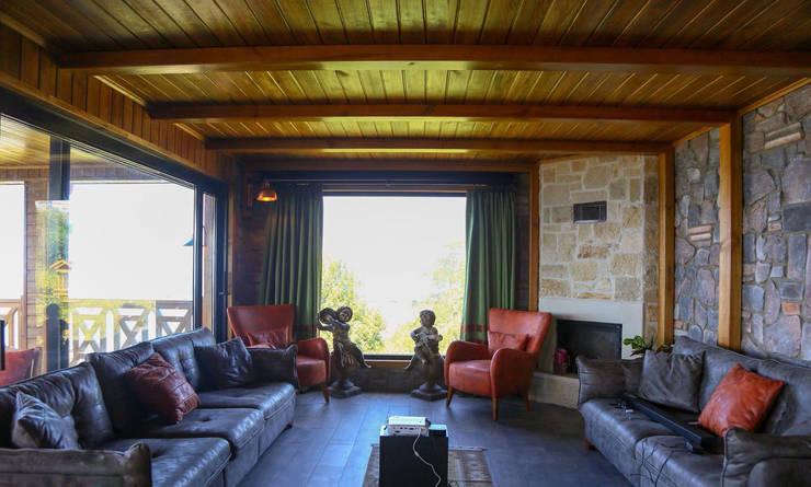 Rustikale Wohnzimmer von Gürsoy Kerestecilik Rustikal Holz Holznachbildung