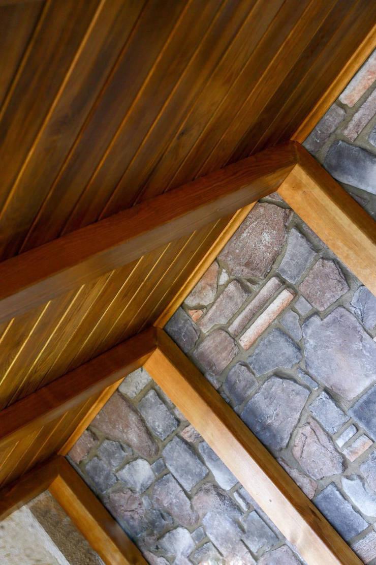 Rustikale Wände & Böden von Gürsoy Kerestecilik Rustikal