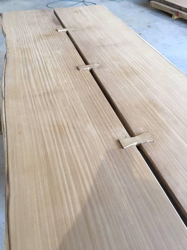 榫接會依照桌板的大小來增加數量,也會保留美感的部分。:   by 製材所 Woodfactorytc