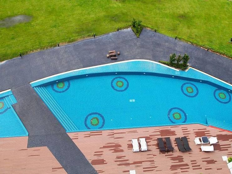 พื้นรอบสระว่ายน้ำ:  สระว่ายน้ำ by QWOOD by AN EMPIRE