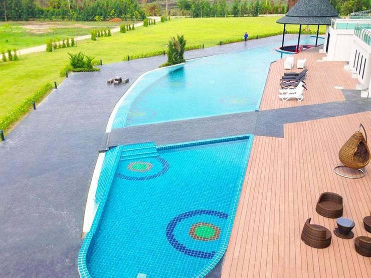 พื้นรอบสระว่ายน้ำ:  พื้น by QWOOD by AN EMPIRE