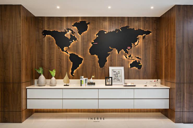 Kitchen:  Walls & flooring by INERRE Interior