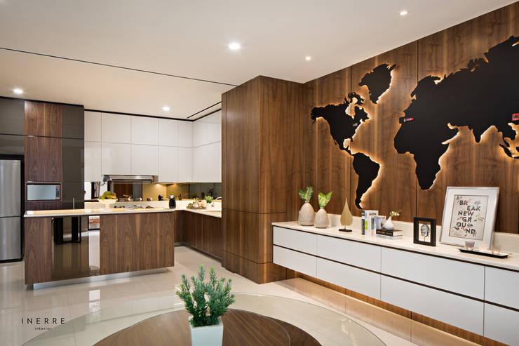 Kitchen:  Dapur built in by INERRE Interior