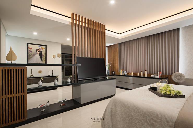 Master Bedroom: modern Bedroom by INERRE Interior